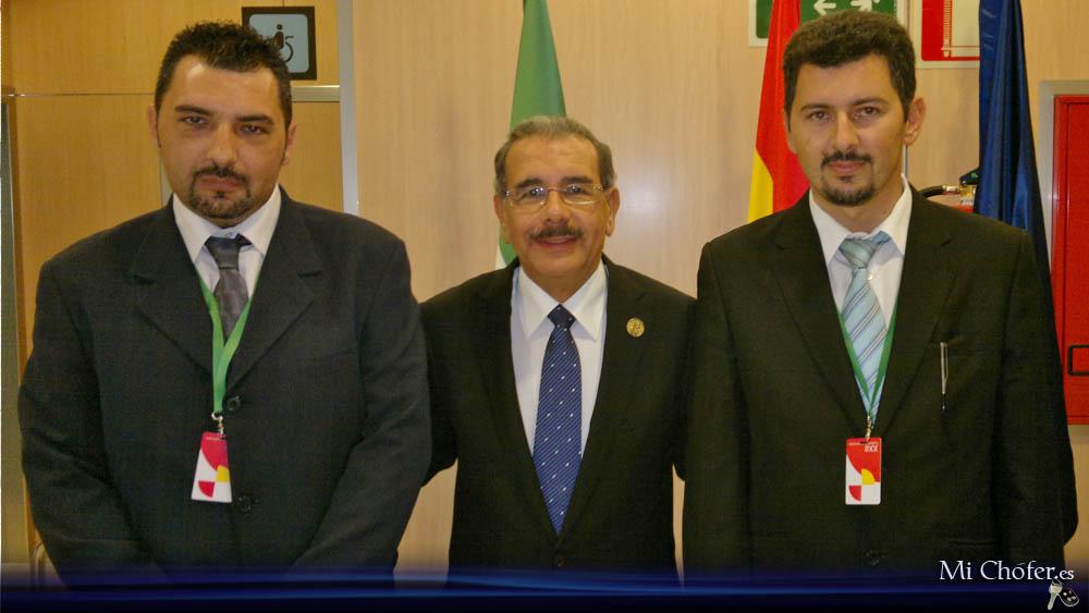 Exmo. señor Danilo Medina, presidente de la República Dominicana, junto a dos de los conductores de la motorcade presidencia, Emilio y Raúl